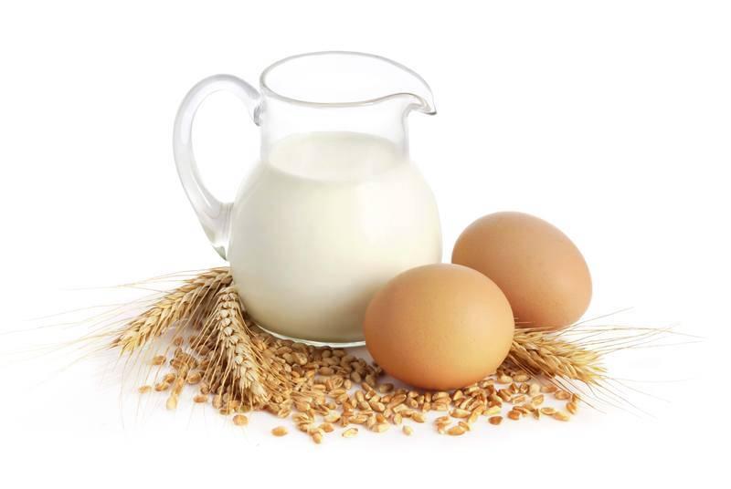 Кормить новорожденного котенка следует молоком с добавлением сырого яйца